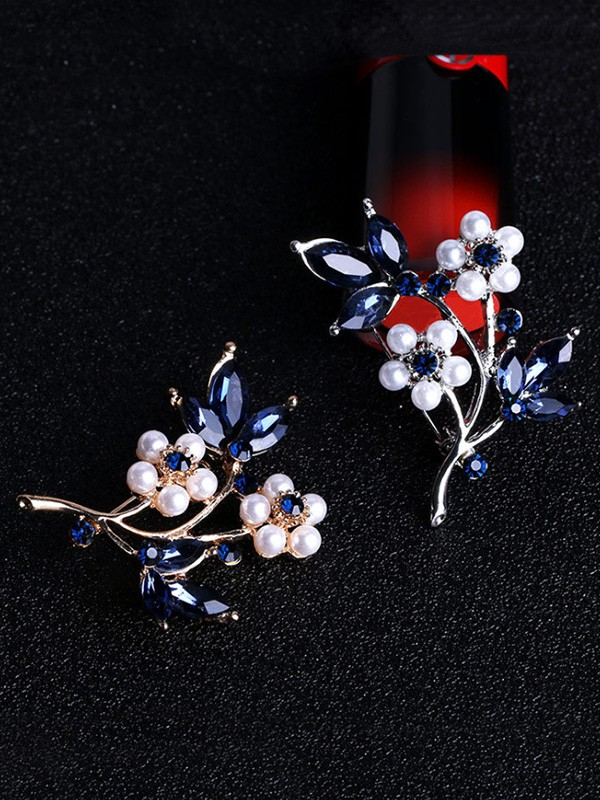 Flower Shaped Alloy With Rhinestone Womens Brooch